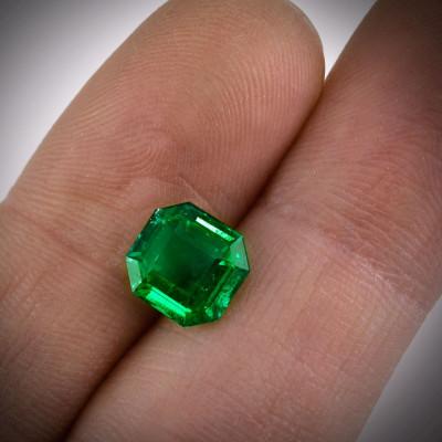 2.35 карат, зеленый, колумбийский изумруд, изумрудно-формы, мелкие, GUBELIN